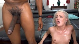 La petite blonde Andi Rye sodomisée par deux énormes bites noires pour son anniversaire
