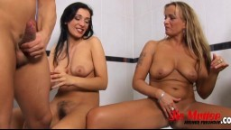 La tchèque Velvet Angel et sa copine font un trio dans la salle de bain