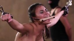 Cette femme se fait très sévèrement flageller devant un public - Vidéo porno hd