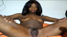 Une amatrice black joue avec sa chatte devant la webcam - Vidéo porno hd
