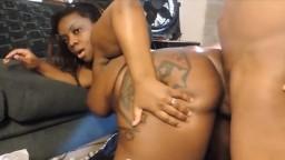 Le gros cul de cette femme black excite son mec - Vidéo porno hd