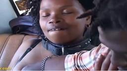 Une africaine se fait baiser sur le siège arrière d'une voiture - Vidéo porno hd