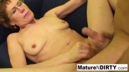 Cette grand-mère regarde un porno avant de se faire baiser par un jeune