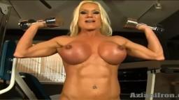 Cette bodybuildeuse se met nue pour soulever des poids - Vidéo porno hd