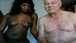 Ce grand-père s'est trouvé une africaine pour satisfaire ses moindres désirs sexuels