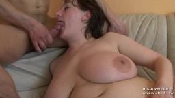 Une femme rondelette française avec des gros seins naturels se fait baiser durement