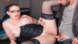 Une secrétaire française à lunettes bien cochonne se fait enculer dans son bureau