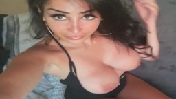 L'arabe Neyla Kimy montre ses gros seins refaits