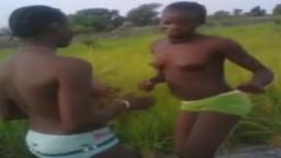 Deux jeunes africaines dansent les seins nus