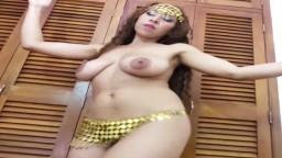La danse du ventre d'une femme mexicaine avec des gros seins