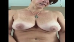 Une femme mature danoise branle la bite de son mari
