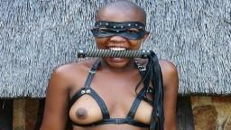 Une africaine prend une leçon de sexe en extérieur