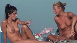 Des femmes bronzées naturistes sur la plage