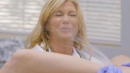 La gynéco Serene Siren diagnostique la jeune Kenzie Reeves en tant qu'éjaculatrice