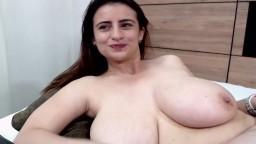 L'espagnole Megan veut qu'on admire ses énormes seins à la webcam