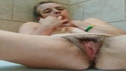 Une milf canadienne poilue a un orgasme dans la douche
