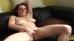 La britannique Samantha Bentley se masturbe et lèche son jus sur le canapé