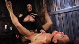 La dominatrice Lea Lexus sodomise son nouvel homme objet