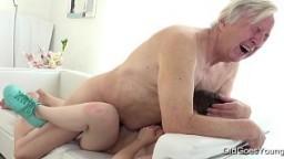 Ce grand-père grimpe sur la jeune française Luna Rival pour un creampie