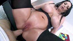 L'australienne Angela White a un orgasme anal sur la grosse bite de Logan