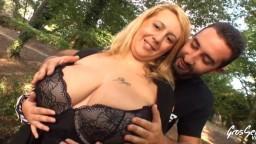 Une coquine blonde française à gros seins se fait sodomiser