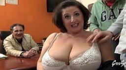Une femme cougar italienne se fait sodomiser devant son mari
