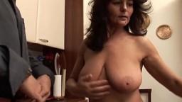 Une femme mature italienne avec des gros nichons