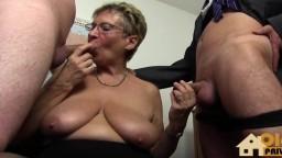 Une vieille secrétaire allemande prise par deux bites