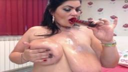 Une bulgare avec des seins énormes suce un gode