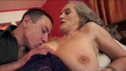 Une grand-mère avec des gros seins baisée après avoir sucé