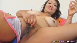 Une grand-mère asiatique se masturbe en solo