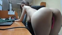 Une amatrice avec un superbe corps se masturbe à son travail