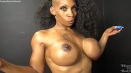 Une bodybuildeuse black avec un superbe corps musclé