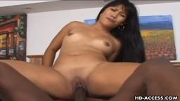 Il enfonce sa grosse bite noire au plus profond de son vagin d'asiatique