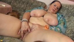 Une grosse femme mature allemande avec des seins énormes et une chatte affamée