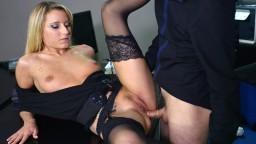 La blonde française Kelly Pix se fait sodomiser au bureau
