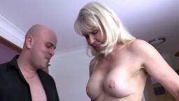 La grand-mère britannique cochonne lady Sextasy abuse de son homme objet