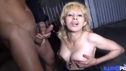 La maman beurette Zhelia se fait enculer dans un garage