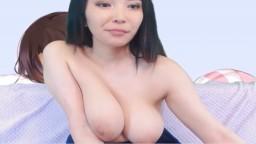 Une coréenne de 18 ans montre ses gros seins et sa chatte à la webcam