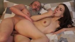 Un vieux prof barbu baise la jeune russe Milana Witch