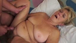 Mamie se fait baiser et éjaculer sur le bas ventre