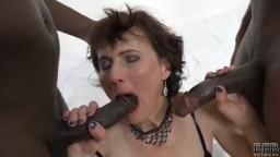 La mature tchèque Alice Sharp prise en sandwich par deux grosses bite noires