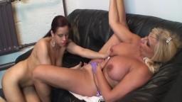 Deux chaudes lesbiennes hollandaises avec des gros seins