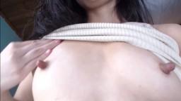 Cette femme a des petits seins et des longs tétons
