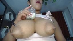 La latine Elena préfère boire le lait à la source