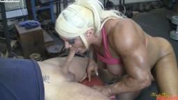 Il se fait sucer par la bodybuildeuse britannique Lisa Cross