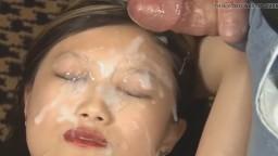 Une jeune philippine se fait couvrir le visage de sperme