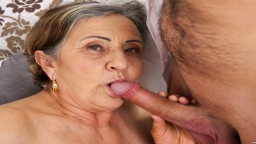 Une grand-mère poilue se fait baiser la chatte en profondeur