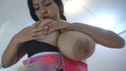 Une latine boit le lait de ses énormes seins