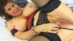 La mature britannique Gilly Sampson insère sa culotte dans son vagin